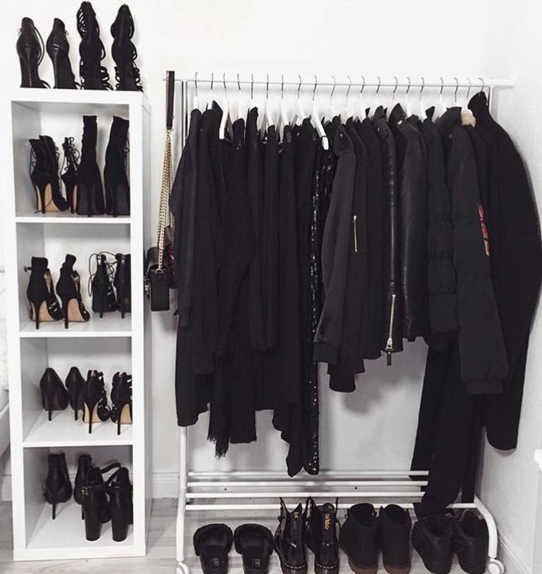 Вешалки в шкафу заняты чёрными вещами