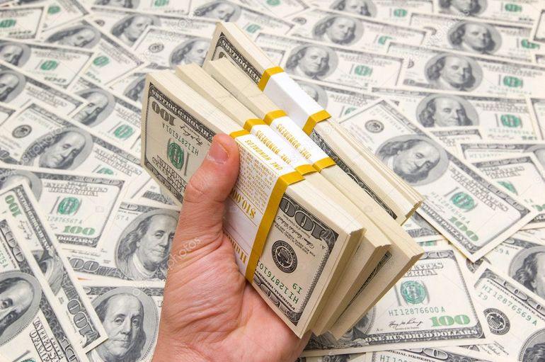 Неожиданно найти несколько толстых пачек денег и взять в руки