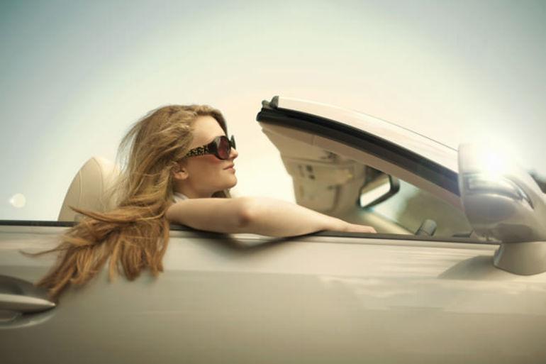 Во сне человек разъезжает на белом автомобиле