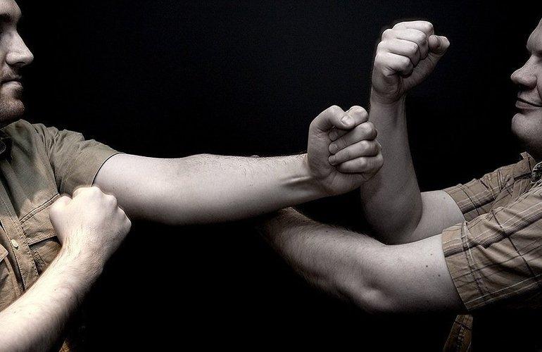 Драться с мужчиной на кулаках