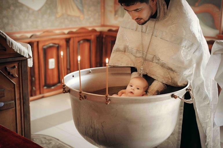 Крестил младенца