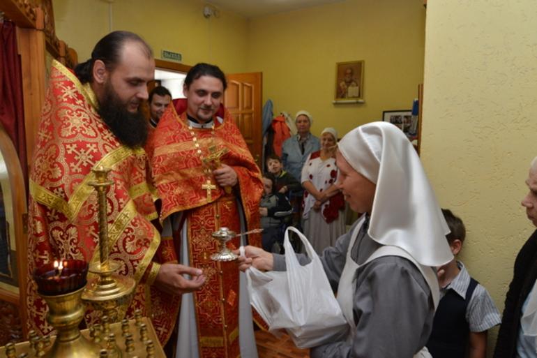 Получать подарки от священнослужителя