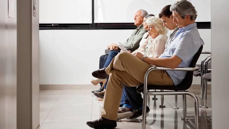Сидеть в очереди к врачу