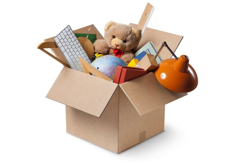 Детские вещи в коробке
