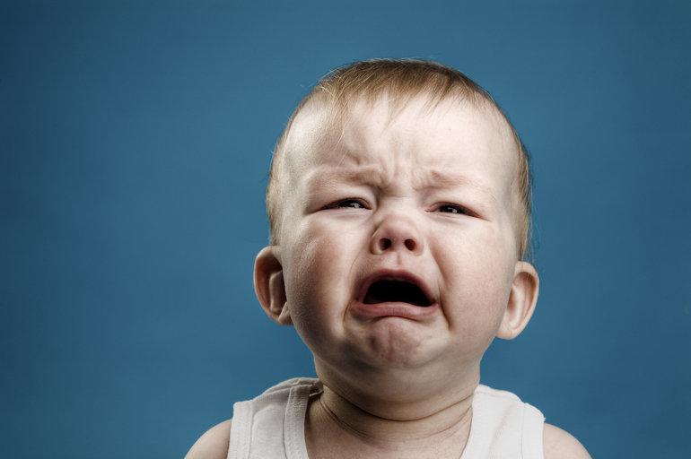 Плачущий из-за плохого самочувствия карапуз