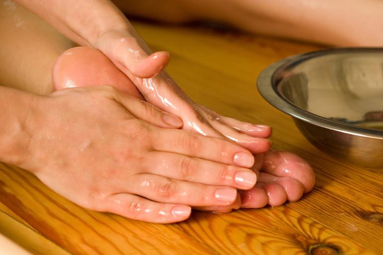 Делать массаж ступней с использованием масла