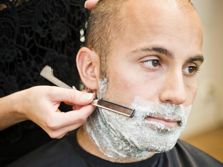 Бритье станком в парикмахерской