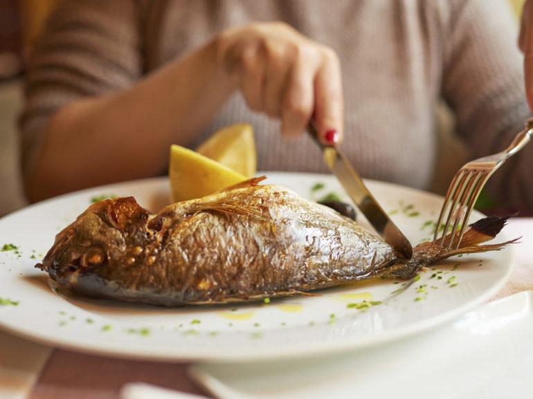 Женщина ест рыбу во сне