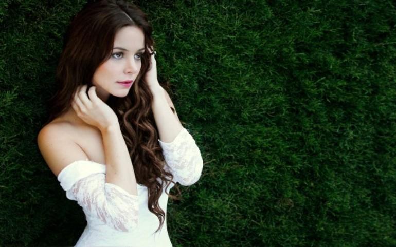 Девушка в белом платье на фоне травы