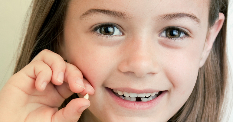 Удалять молочные зубы