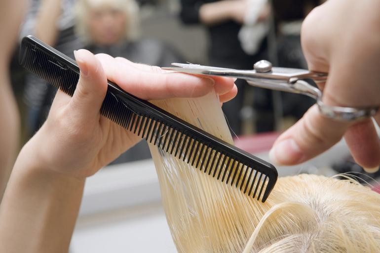 Если наяву вы не планировали поход в парикмахерскую, а во сне это произошло, то стоит узнать, к чему снится стрижка волос в парикмахерской.