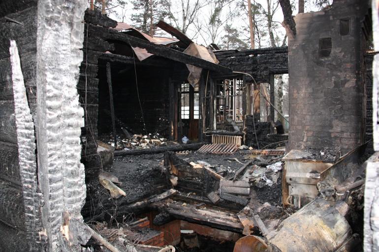 Сгоревший дом после пожарища