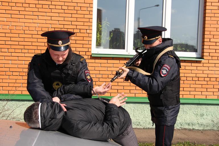Видеть, как преступника арестовывают сотрудники полиции