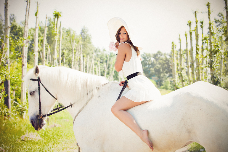 Девушка на белой лошади верхом во сне