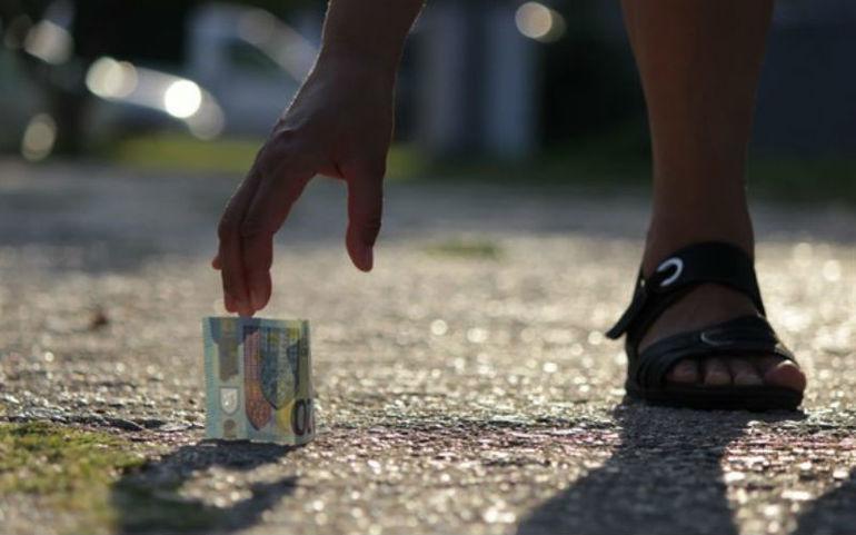 Находит деньги на дороге
