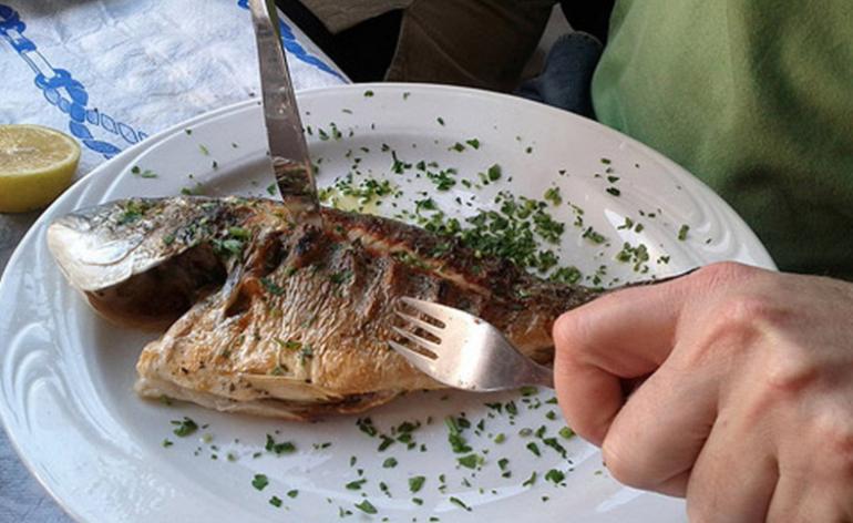 Лакомиться приготовленной рыбой в одиночестве