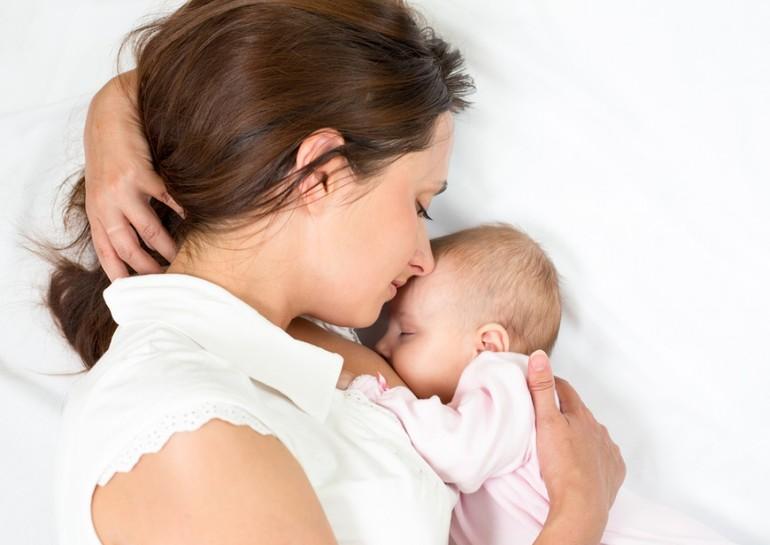Кормить во сне ребенка грудью: расшифровка образа грудного молока