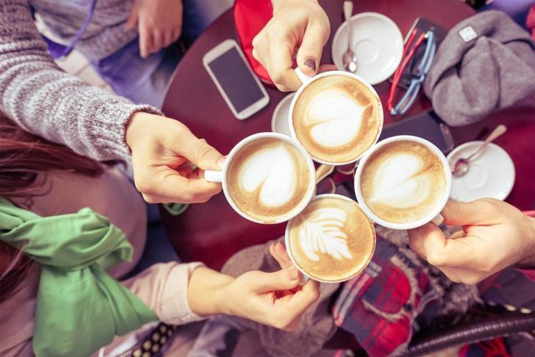 Пить кофе в кругу друзей