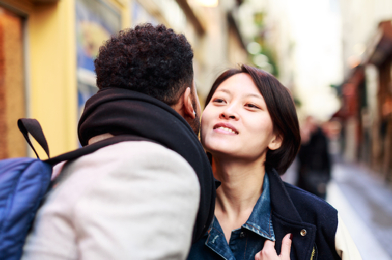 Незнакомец целует девушку при встрече