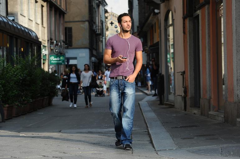 Брат прогуливался по улице