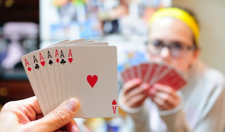 Играть с двоюродным братом в карты во сне