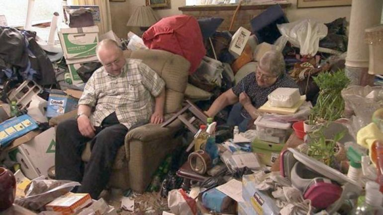 Собирать старые вещи в разрушенном доме