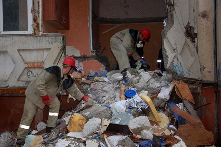Помогать незнакомым людям разбирать разрушенное здание