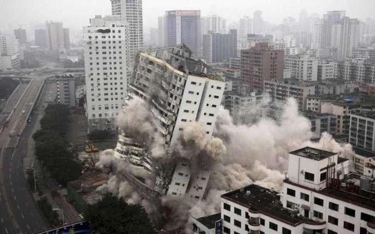 Рушится несколько домов одновременно.