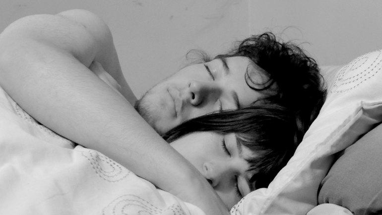 Значение сна, в котором мужчина обнимает