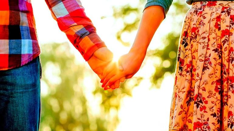 Держаться или брать за руки мужчину или женщину