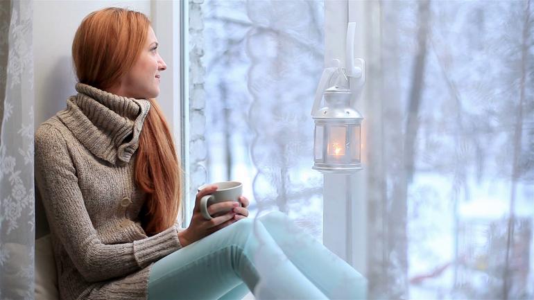 Влюбленная девушка у окна