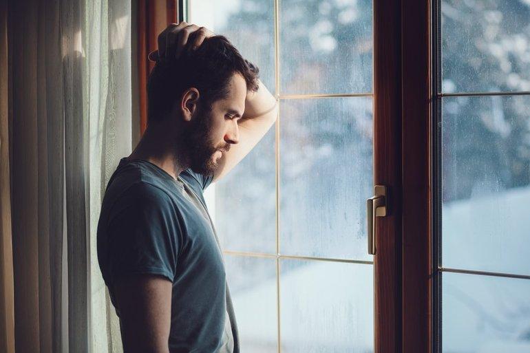 Молодой человек у окна