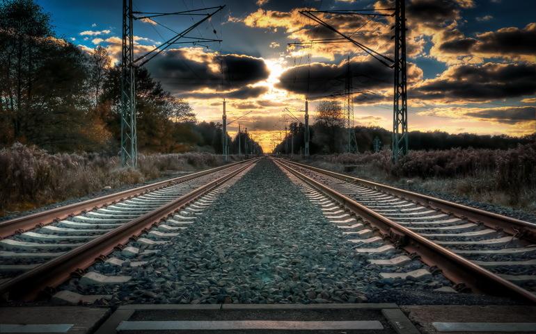 Бродить по железнодорожным путям