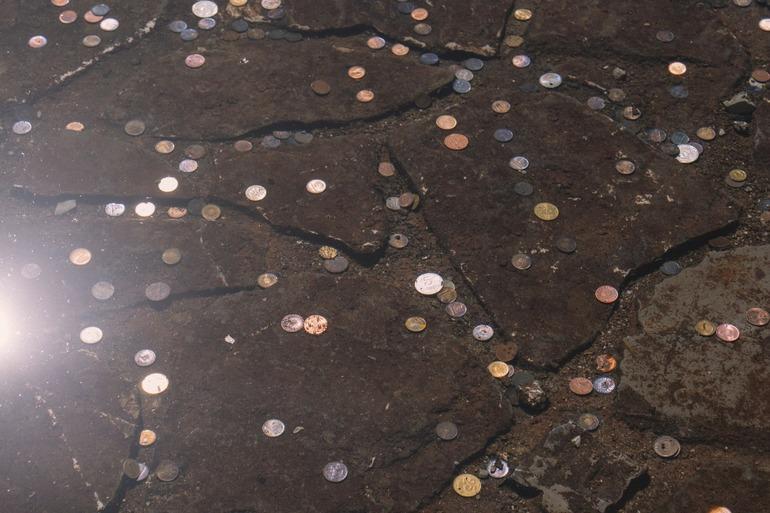 Поднимать монетки с земли