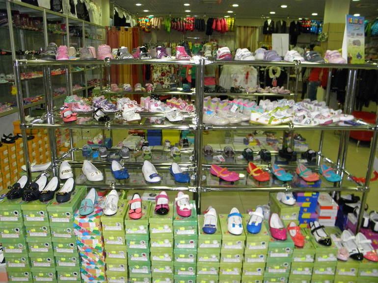 Детская обувь, продающаяся на рынке