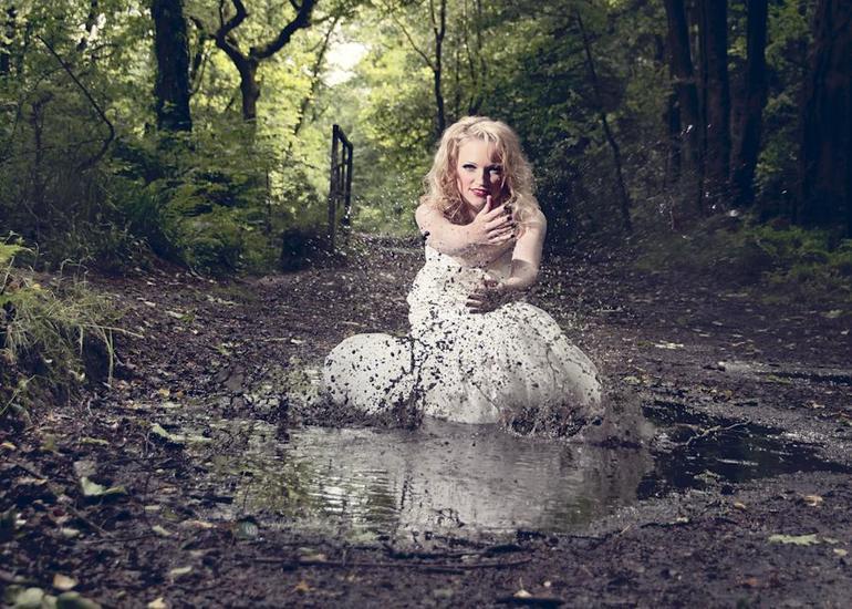 Порванное и запачканное платье