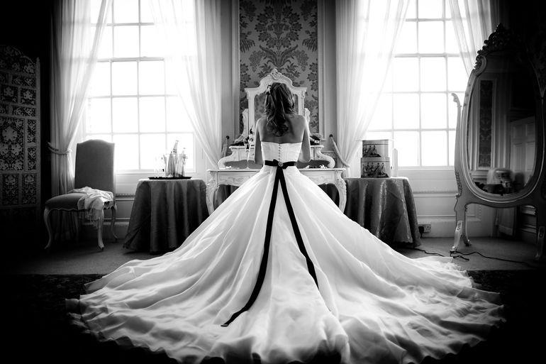 Если дама увидела во сне черно-белое платье,