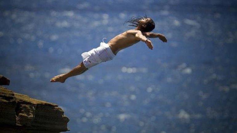 К чему снится прыгать в воду с большой высоты