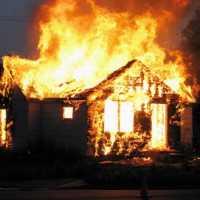 К чему снится сгоревший дом: толкование по различным сонникам