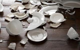 Значение битья тарелок, стаканов и другой посуды во сне