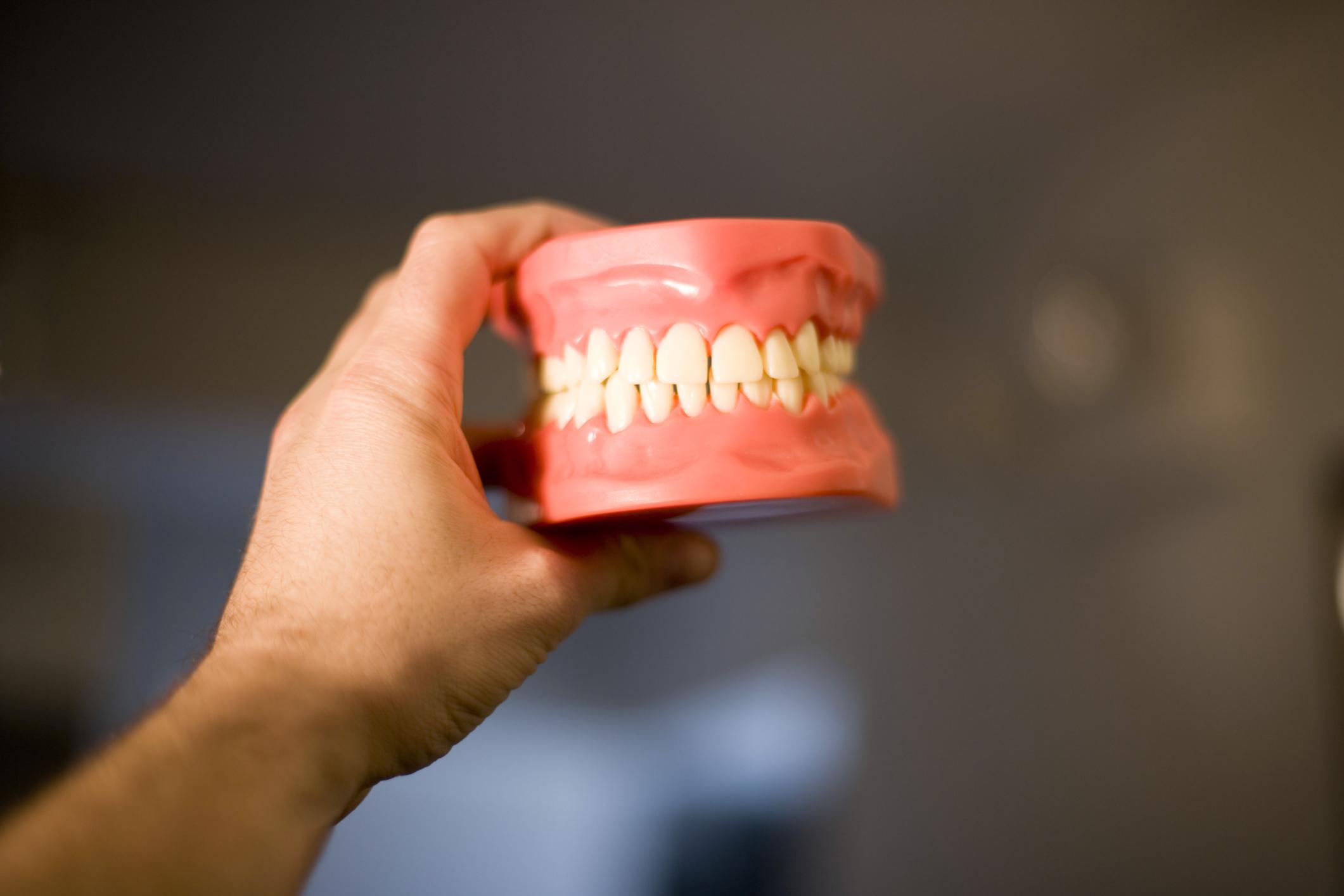 чужой зубной протез